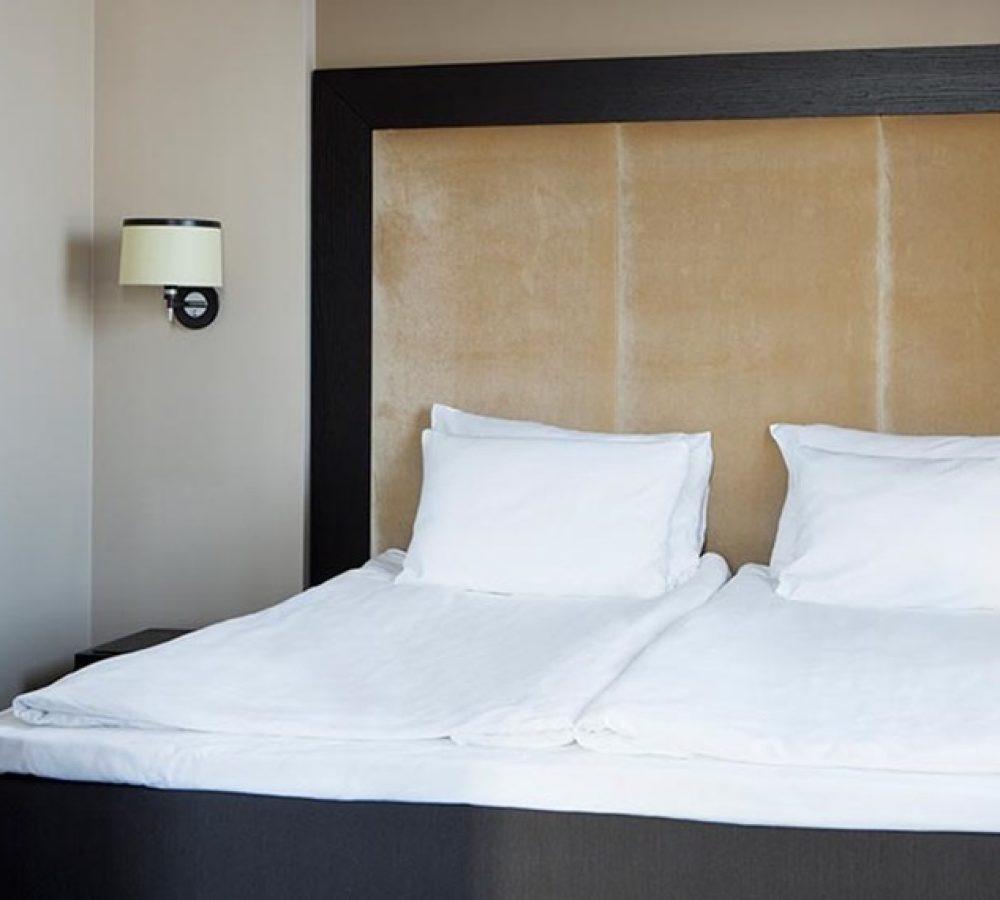 suite-double-room-bed-comfort-hotel-lt